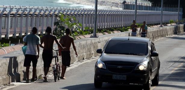 pedestres-ciclistas-e-carros-disputam-um-lugar-na-na-avenida-niemeyer-perto-de-onde-desabou-parte-da-ciclovia-tim-maia-1461602325018_615x300.jpg